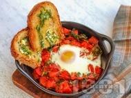 Печени гнезда с яйца, бейби спанак и домати на фурна